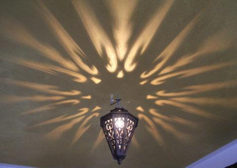 Verspielte Lichtinstallation im Entspannungsraum